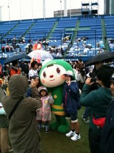 神宮球場でヤクルトファン子供たちと記念撮影